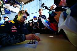 Daniil Kvyat, Red Bull Racing signeert handtekeningen voor de fans