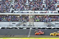 Checkered flag: Denny Hamlin, Joe Gibbs Racing Toyota