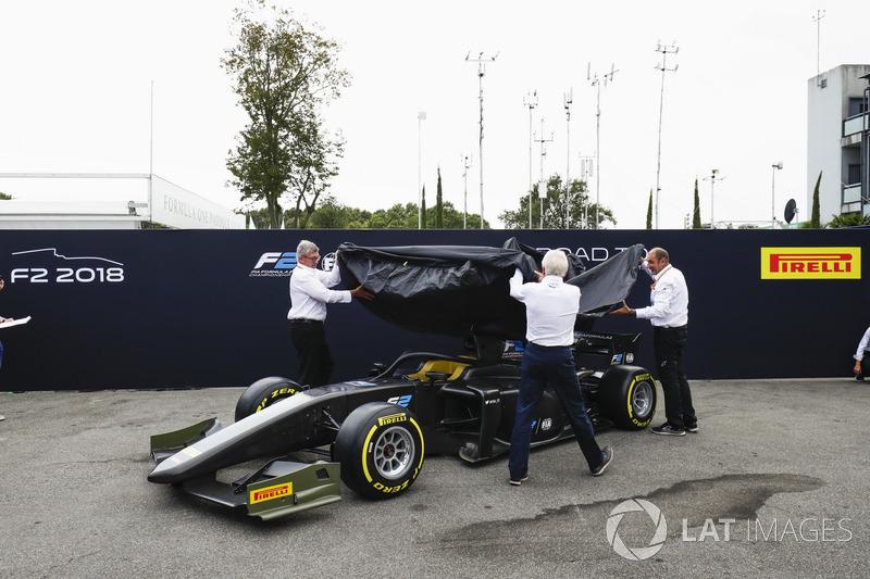 Presentan el auto de F2 en el paddock