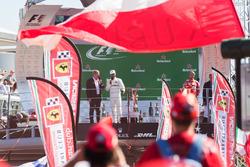 Podium: winnaar Lewis Hamilton, Mercedes AMG F1, derde Sebastian Vettel, Ferrari