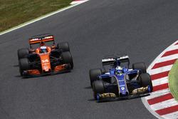 Marcus Ericsson, Sauber C36, en lutte avec Fernando Alonso, McLaren MCL32