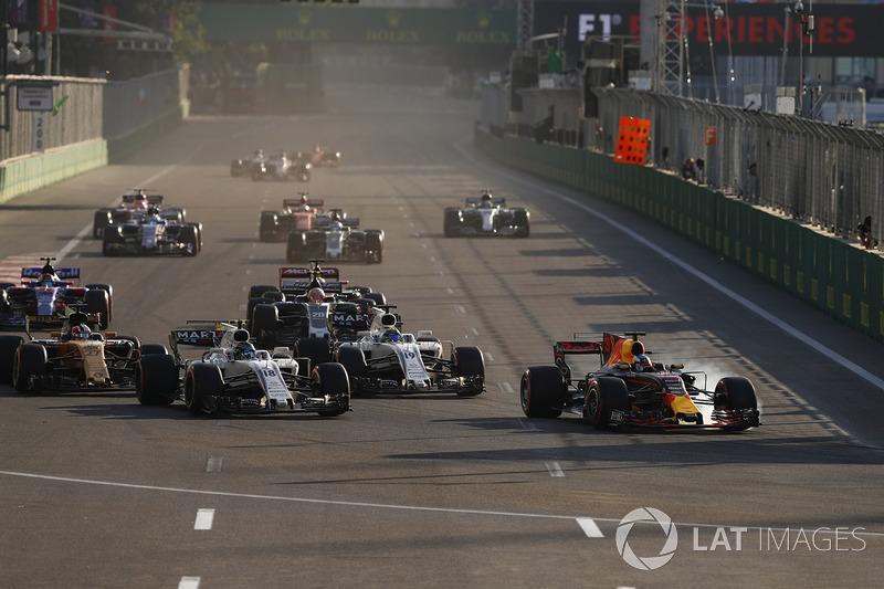 Daniel Ricciardo, Red Bull Racing RB13, Lance Stroll, Williams FW40, Felipe Massa, Williams FW40