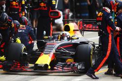 Daniel Ricciardo, Red Bull Racing RB13, s'arrête au stand