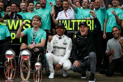 Il vincitore della gara Lewis Hamilton, Mercedes AMG F1 festeggia con il fratello Nicolas Hamilton, Valtteri Bottas, Mercedes AMG F1, Billy Monger e il team