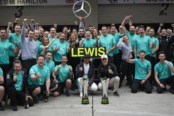 El ganador Lewis Hamilton, Mercedes AMG, y Valtteri Bottas, Mercedes AMG