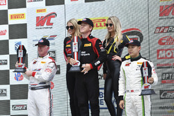 Podio: il vincitore Patrick Long, Wright Motorsports, il secondo classificato Adderly Fong, Absolute Racing, il terzo classificato Johnny O'Connell, Cadillac Racing