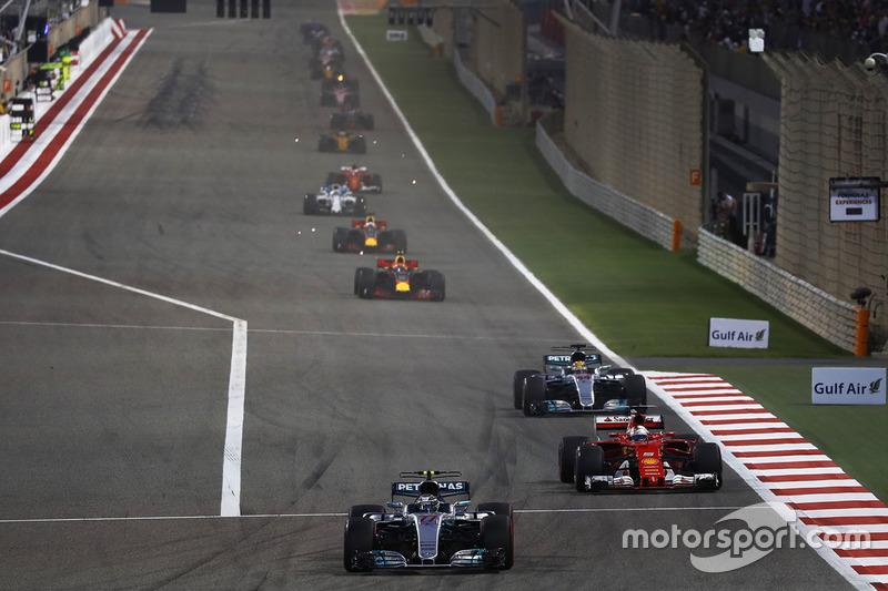 Valtteri Bottas, Mercedes AMG F1 W08, lidera a Sebastian Vettel, Ferrari SF70H, y Lewis Hamilton, Mercedes AMG F1 W08