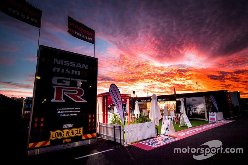 Atardecer sobre la zona de fans de Nissan Motorsport