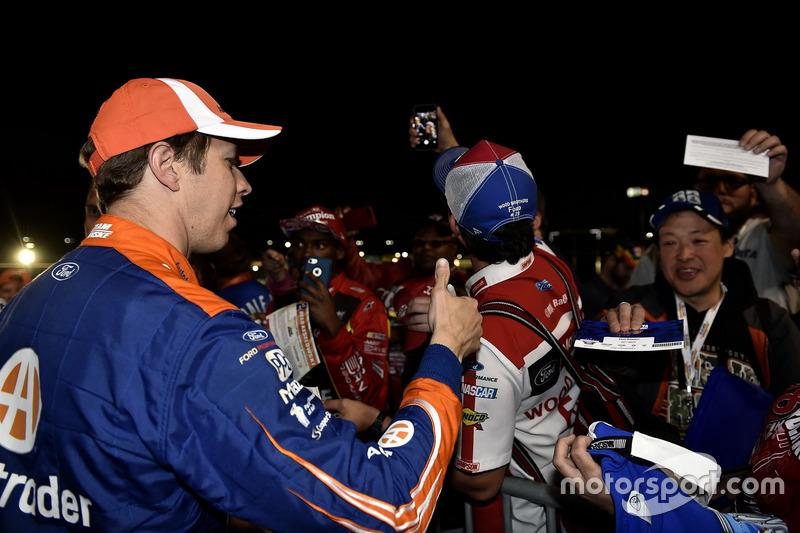 1. Brad Keselowski, Team Penske, Ford, mit Fans