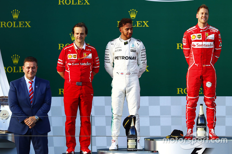 Podio: ganador de la carrera Sebastian Vettel, Ferrari, segundo lugar Lewis Hamilton, Mercedes AMG y Luigi Fraboni, jefe de carrera de Ferrari
