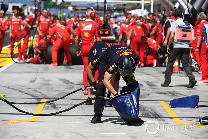 Механік Red Bull Racing RB13