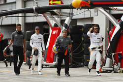Гонщики McLaren Стоффель Вандорн и Фернандо Алонсо