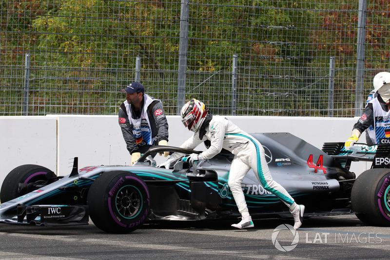 14 - لويس هاميلتون، مرسيدس يدف السيارة بعد التوقف