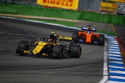 Carlos Sainz Jr., Renault Sport F1 Team R.S. 18, delante de Fernando Alonso, McLaren MCL33
