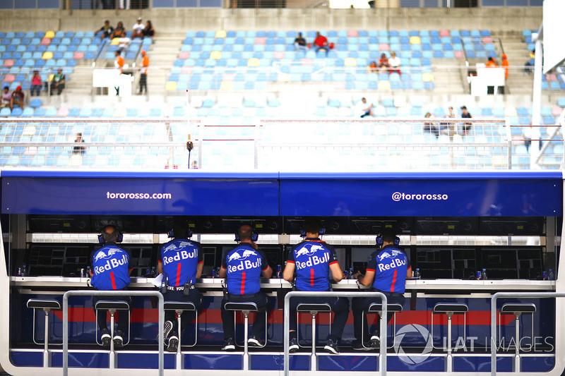 Les membres de l'écurie Toro Rosso sur le muret des stands