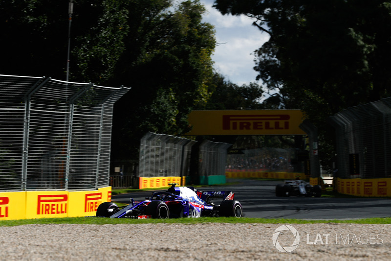 Pierre Gasly, Toro Rosso STR13 Honda, Sergey Sirotkin, Williams FW41 Mercedes
