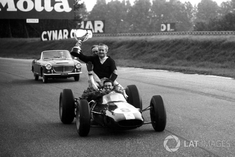 Monza 1963: Jim Clark (Lotus) rayakan kemenangan bersama Colin Chapman dan Mike Spence (Lotus)