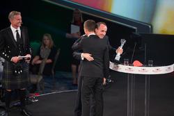 Роберт Кубіца вручає Себастьяну Ож'є нагороду