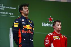 Le vainqueur Daniel Ricciardo, Red Bull Racing, le deuxième, Kimi Raikkonen, Ferrari