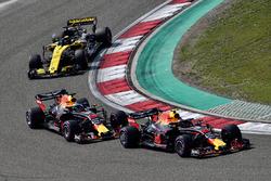 Max Verstappen, Red Bull Racing RB14 precede Daniel Ricciardo, Red Bull Racing RB14 e Nico Hulkenberg, Renault Sport F1 Team R.S. 18