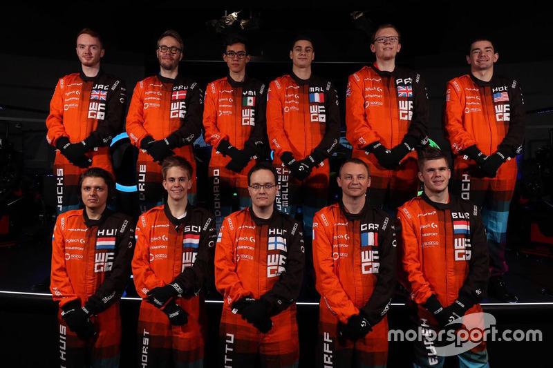 Mika Hakkinen con participantes del McLaren World's Fastest Gamer