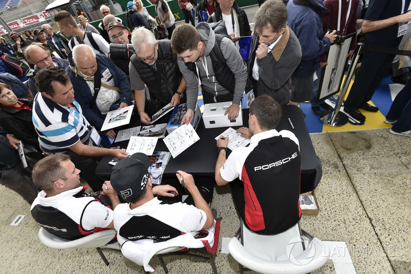 #94 Porsche GT Team Porsche 911 RSR: Romain Dumas, Timo Bernhard, Sven Müller, sessione autografi