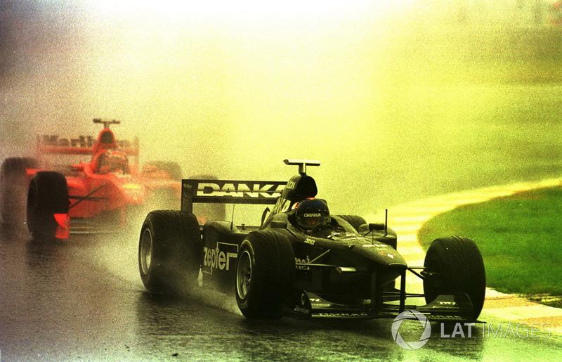 Следом за ним до финиша добрался Педро Динис на Arrows. Бразилец повторил лучший результат в карьере и сильно помог своей команде в чемпионате, подтвердив лишний раз репутацию рента-драйвера, за которого не было стыдно