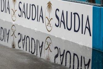 Cartelloni pubblicitari Saudia sulle barriere