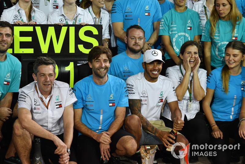 Lewis Hamilton, Mercedes AMG F1, fête sa victoire avec l'équipe