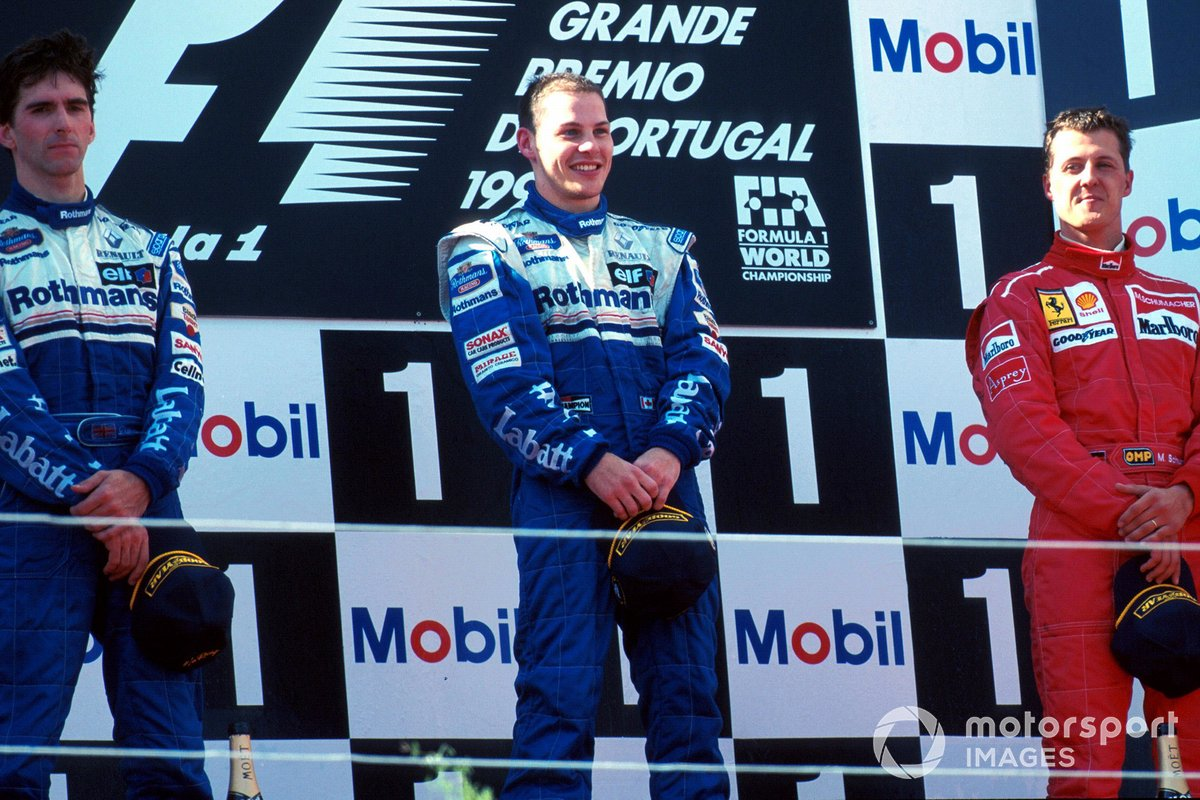 Podium: Runner-up Damon Hill, Williams, pemenang Jacques Villeneuve, dan posisi ketiga Michael Schumacher, Ferrari