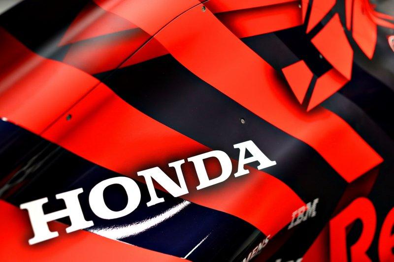 Логотип Honda на кожухе двигателя Red Bull Racing RB15