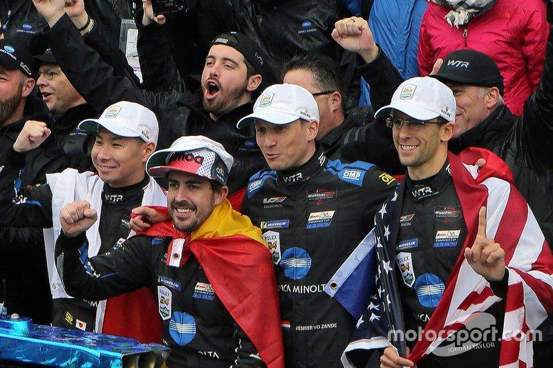 I vincitori della gara #10 Konica Minolta Cadillac DPi-V.R.: Renger Van Der Zande, Jordan Taylor, Fernando Alonso, Kamui Kobayashi