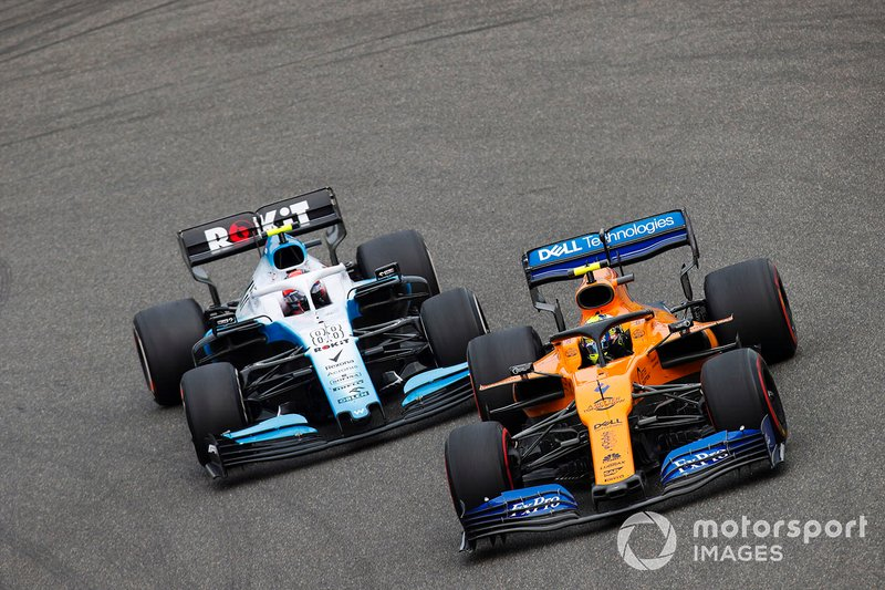 Lando Norris, McLaren MCL34, przed Robertem Kubicą, Williams FW42 - GP Chin 2019