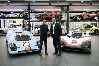 Fritz Enzinger, vicepresidente del equipo Porsche LMP1, Achim Stejskal, director del Museo Porsche