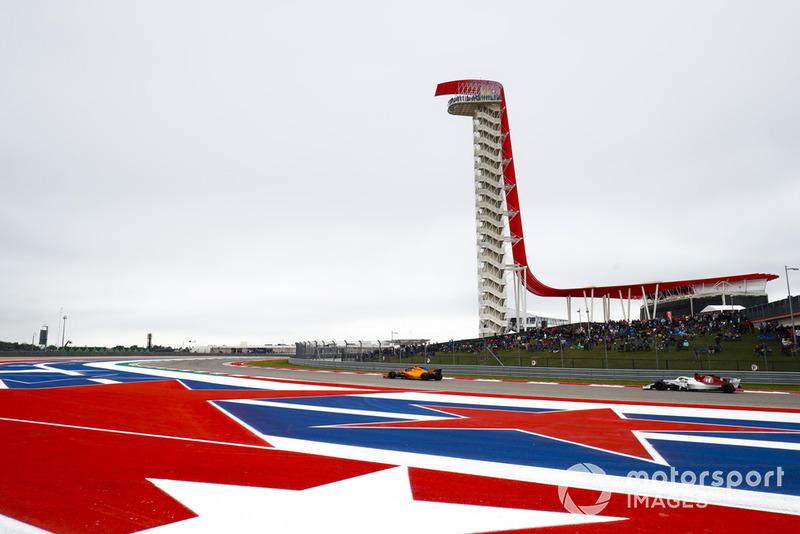 Stoffel Vandoorne, McLaren MCL33, leads Marcus Ericsson, Sauber C37