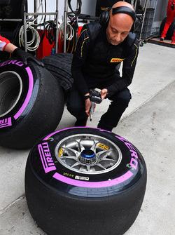 Ingegneri Ferrari e Pirelli con pneumatici Pirelli