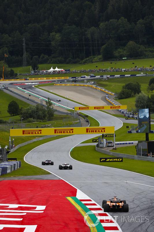 Pierre Gasly, Toro Rosso STR13., leads Sergey Sirotkin, Williams FW41 y Fernando Alonso, McLaren MCL33
