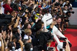 El ganador de la carrera Lewis Hamilton, Mercedes AMG F1, celebra con su equipo en Parc Ferme