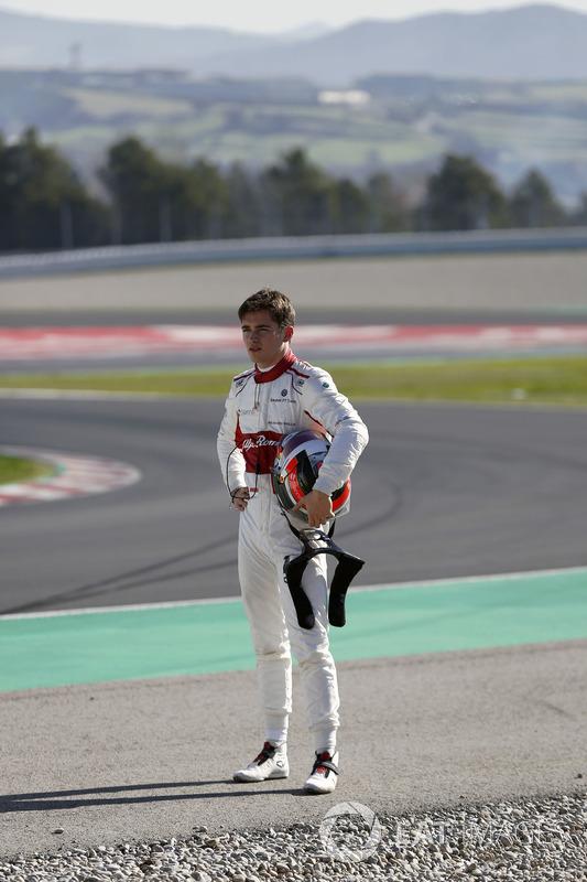 Charles Leclerc, el equipo Alfa Romeo Sauber F1 camina después de chocar