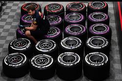 Red Bull Racing mekanikeri ve Pirelli lastikleri