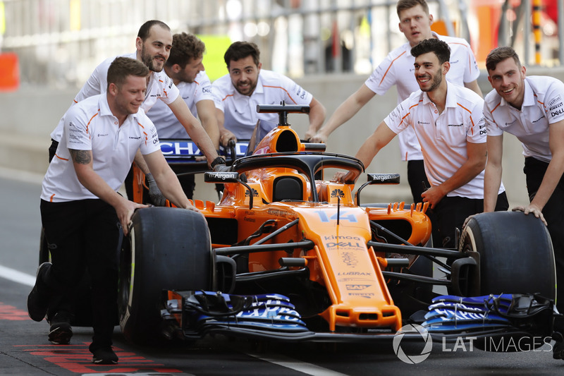 McLaren mechanics push the car of Fernando Alonso, McLaren MCL33