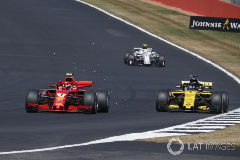 Kimi Raikkonen, Ferrari SF71H pasa a Carlos Sainz Jr., Renault Sport F1 Team R.S. 18