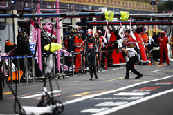 Romain Grosjean, Haas F1 Team, revient au stand après son crash