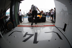 Fernando Alonso, McLaren MCL33 Renault, revient dans son garage