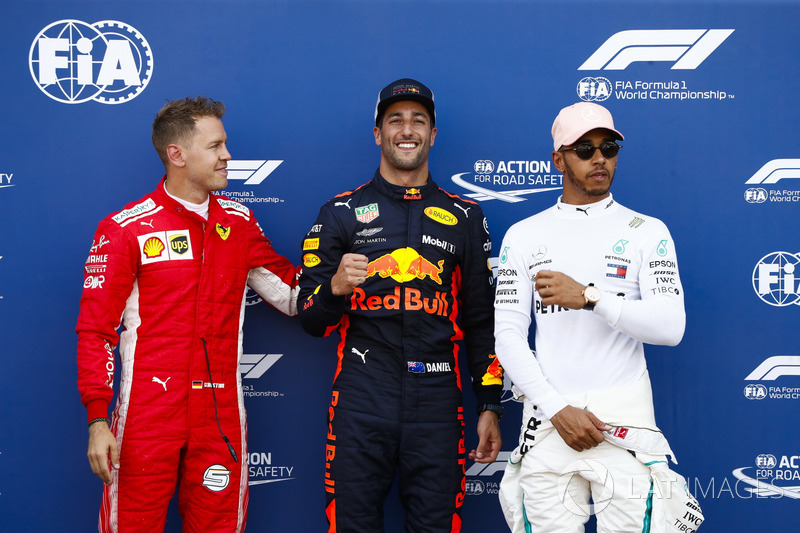 Daniel Ricciardo, Red Bull Racing, festeggia la pole position tra Sebastian Vettel, Ferrari, e Lewis Hamilton, Mercedes AMG F1