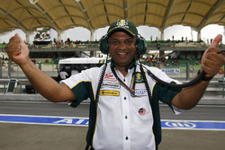 Director de Lotus Racing Tony Fernandes celebra en la Q2