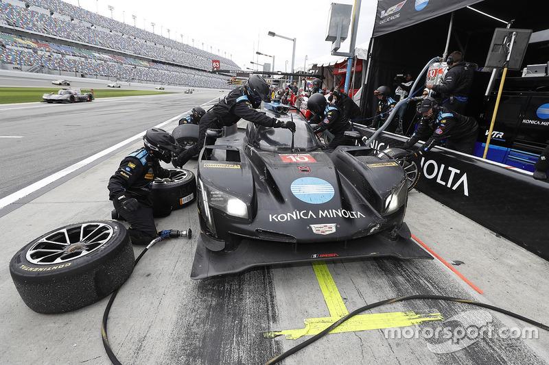 #10 Wayne Taylor Racing Cadillac DPi: Ricky Taylor, Jordan Taylor, Max Angelelli, Jeff Gordon, pit a