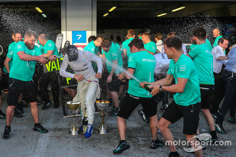Race winner Valtteri Bottas, Mercedes AMG F1 celebrates with the team