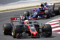 Кевин Магнуссен, Haas F1 VF-17, и Карлос Сайнс-мл., Scuderia Toro Rosso STR12