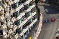 Себастьян Феттель, Ferrari SF70H, обходить Паскаля Верляйна, Sauber C36-Ferrari